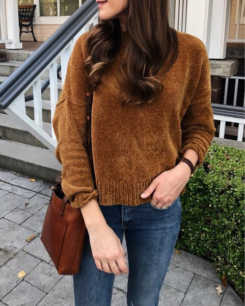 brown knit sweater with dark blue skinny jeans
