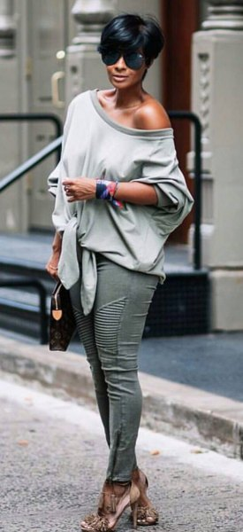 grey one shoulder relaxed fit sweater with skinny jeans