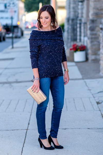 navy blue boat neck sweater with skinny jeans