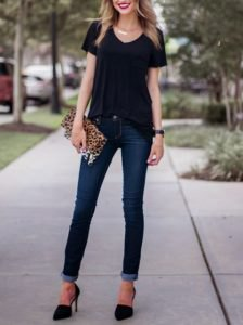 v neck t shirt with dark blue skinny jeans and leopard print clutch bag