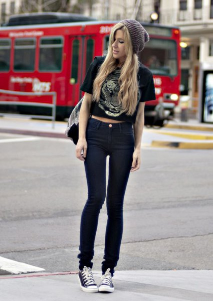 black short sleeve printed cropped tee with skinny jeans