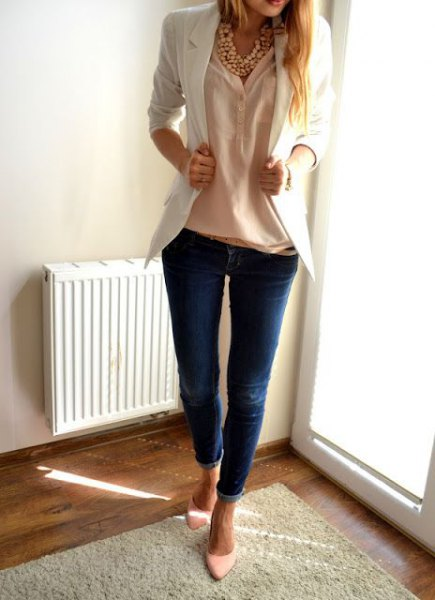 white blazer with peach linen shirt and skinny jeans