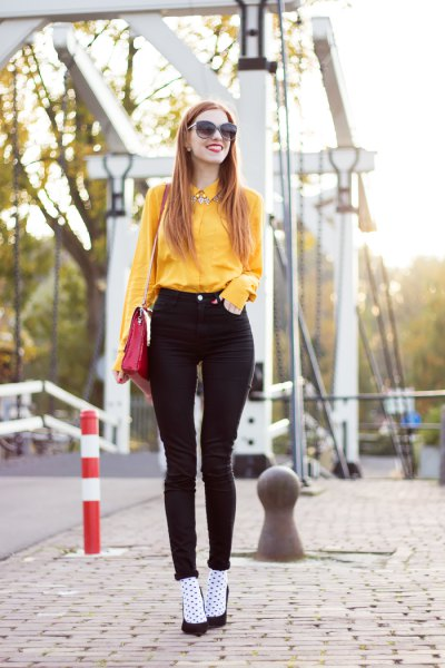 yellow button up shirt with black high rise skinny jeans