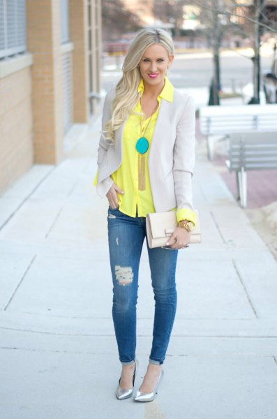 yellow button up shirt with light grey blazer and skinny jeans
