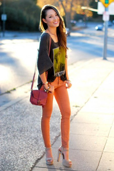 grey wide sleeve print tee with orange skinny jeans