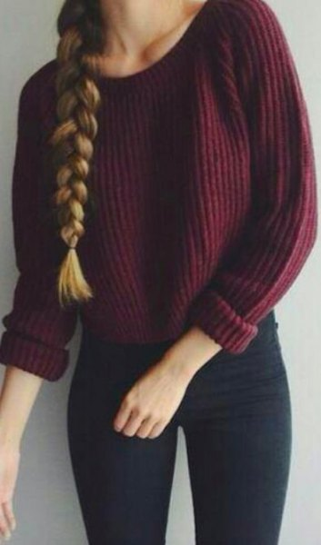 maroon chunky ribbed sweater with dark blue super skinny jeans