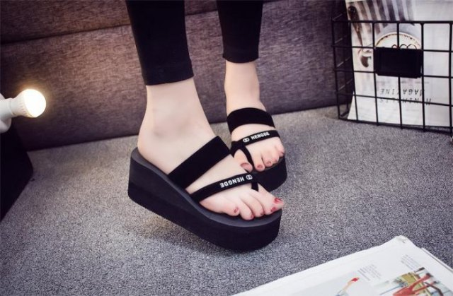 black ankle skinny jeans with matching wedge flip flops