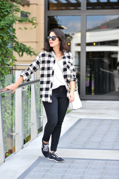 checkered boyfriend shirt with skinny jeans and black walking shoes