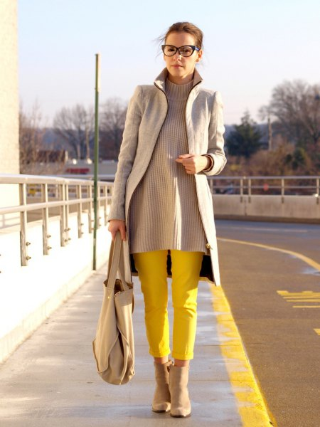 grey longline blazer with ribbed sweater and yellow pants