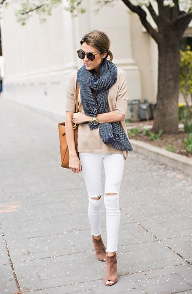 pale pink t shirt with black scarf and white ripped knee jeans