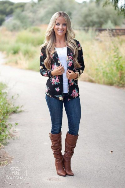 black and pink floral cardigan with dark blue skinny jeans
