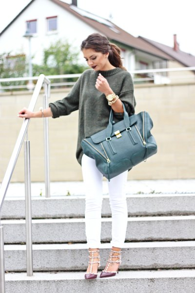 grey chunky sweater with white skinny jeans