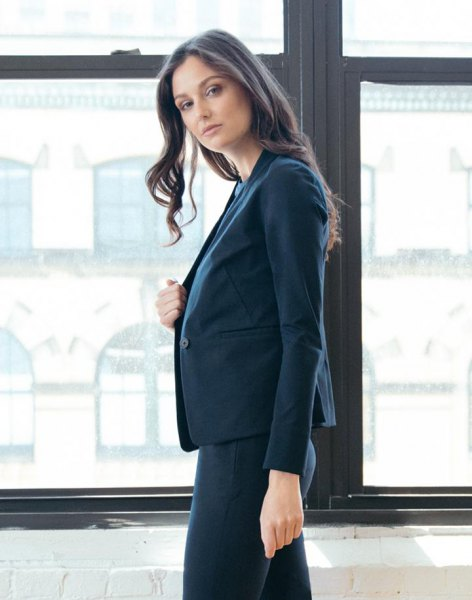 navy blue blazer jacket with white blouse and skinny pants