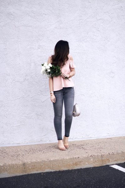 pale pink cold shoulder top with grey skinny jeans