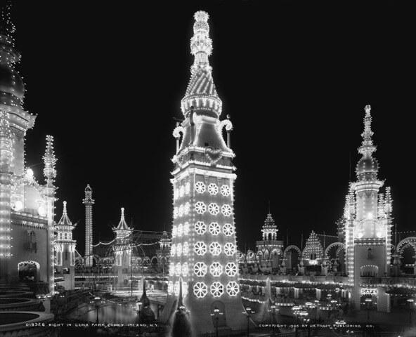 Il Luna Park venne inaugurato il 16 maggio 1903, quattro mesi dopo l'uccisione di Topsy. Il parco era spettacolare e magico, soprattutto la notte, quando le torri e i minareti erano illuminati da oltre duecentocinquantamila lampadine.