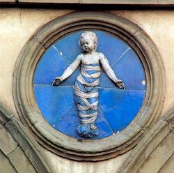 Uno dei bassorilievi in terracotta policroma invetriata scolpiti da Andrea Della Robbia