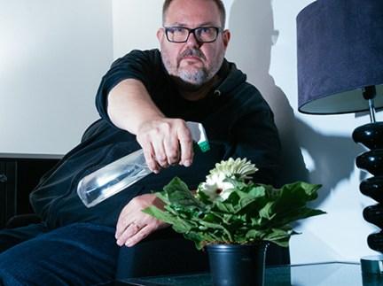 """6. Janne Riiheläinen (@veitera)Janne har modigt deltagit i den finska försvarspolitiska debatten med sin blogg Väkivallaton maanpuolustus ja sen henki och som aktiv på Twitter (@veitera). Han har representerat en öppen, aktivt lyssnande och respektfull dialog. Under året har hans blogg blivit den säkerhetspolitiska scenens bästa aktör. Bloggen har aktiverat ett mångfald av läsare. En särskild dygd är Jannes diskussion om en bredare, ny säkerhetsuppfattning, som i sin tur har hämtat många nya deltagare till #säkpol debatten i sociala medier. Janne har gjort säkerhetspolitik till hela folkets ärende och med sin lugna stil och sätt att skriva skapat en debattatmosfär där """"det vanliga folket"""", beslutsfattare, journalister och experter trivs väl. Foto: Joona Sipi."""