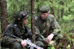 Kommendören för försvarsmakten, general Ari Puheloinen, samtalar med beväring under stridsövning
