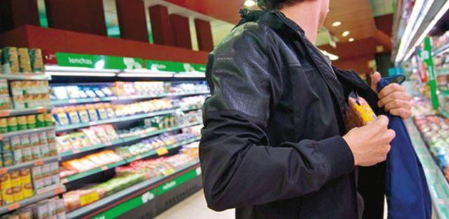 hombre choreando en supermercado de Rivadavia