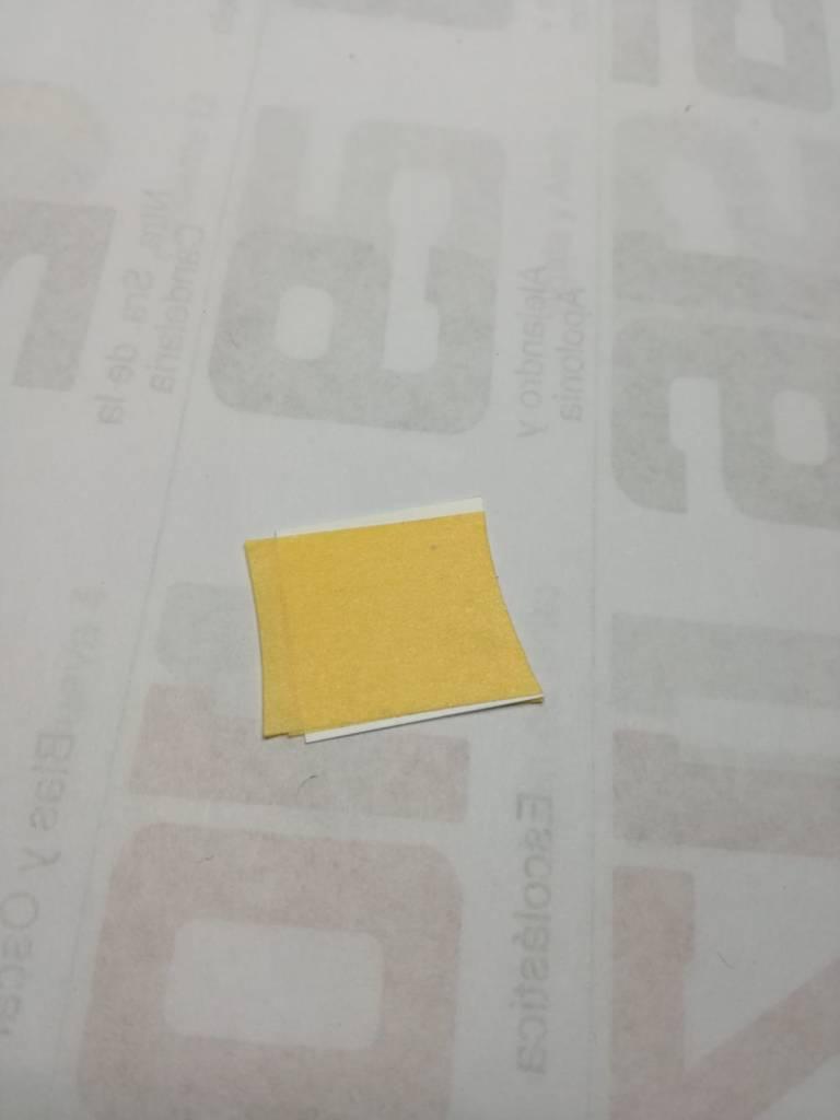 3. Preparamos una fina lamina de plasticard a la que pegamos dos tiras de cinta por un lado y una tira por el otro