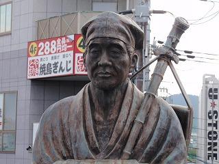 駅前の広場では松尾芭蕉の像が迎えてくれます