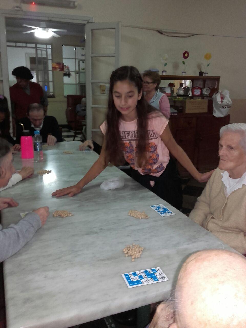 La juventud radical visitó el asilo municipal y dejó como obsequio loterías familiares para la diversión de los abuelos.