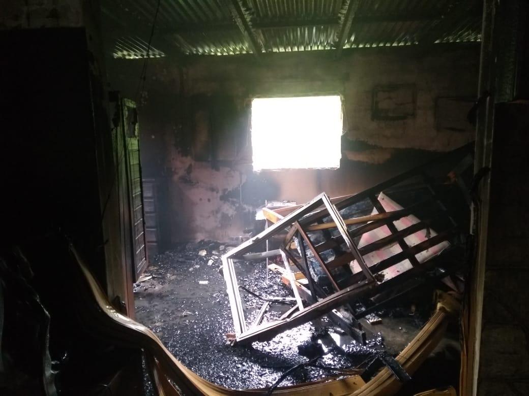 Los bomberos rescataron a un chico de siete años de un incendio.