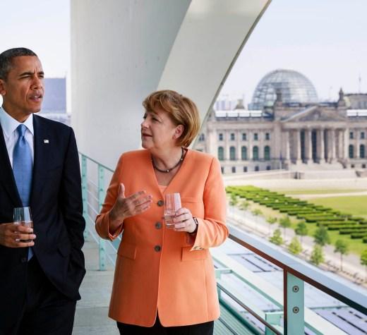 ARCHIV - HANDOUT - US Präsident Barack Obama (l) unterhält sich mit Bundeskanzlerin Angela Merkel (CDU) am 19.06.2013 auf dem Dach des Kanzleramtes in Berlin. US-Präsident Barack Obama wird überraschend noch einmal Deutschland besuchen. Das Weiße Haus teilte am Dienstag in Washington mit, der scheidende Präsident werde am 16. November aus Athen nach Berlin kommen und am 18. November zu einem Gipfel ins peruanische Lima weiterreisen. Foto: Steffen Kugler/Bundespresseamt/dpa (zu dpa «US-Präsident Obama kommt im November noch einmal nach Deutschland» vom 25.10.2016 - ACHTUNG nur zur redaktionellen Verwendung bei Nennung der Quelle «Steffen Kugler/Bundespresseamt/dpa»)) +++(c) dpa - Bildfunk+++