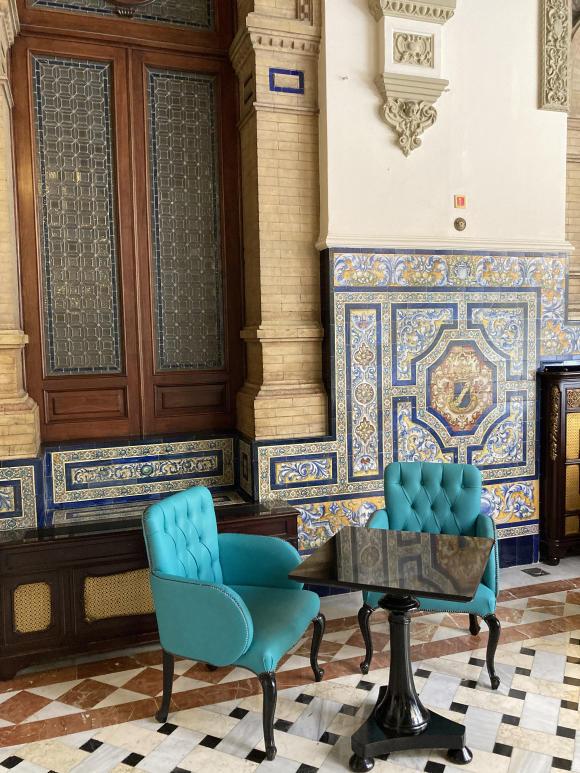 Les salons en marbre et mosaïques de l'hôtel palace Alfonso XIII construit dans les années 20.