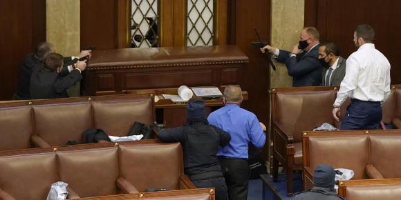 Des policiers armes à la main à l'intérieur du Capitole pour protéger les parlementaires face aux manifestants