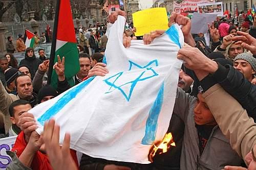 Prima della partenza bruciate in piazza alcune bandiere israeliane. Ad aprire il corteo un gruppo di manifestanti con in mano delle scarpe a simboleggiare l'atto compiuto dal giornalista iracheno che ha lanciato la proria calzatura contro il presidente degli Usa George Bush (Salmoirago)