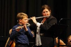 Musikschüler Thies Fischer und Musikschulleiterin Antonia Schwager
