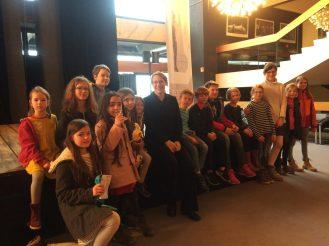 Carolin Nordmeyer, die Dirigentin des BOB, gemeinsam mit den jungen Besuchern aus Bad Honnef