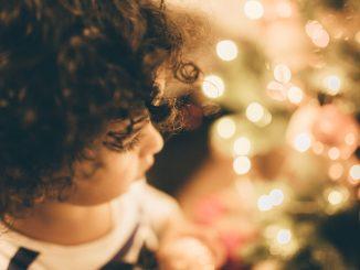 barn med lockigt hår