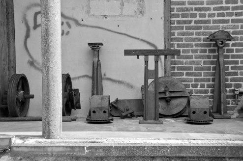 Des viex outils sur le quai de chargement.