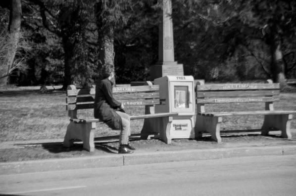 Une femme attend l'autobus.