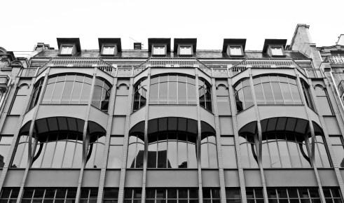 Cette façade contemporaine s'est situe entre des bâtiments du dix-neufième siècle.