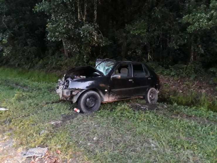 Dentro do Ford Fiesta estavam cinco pessoas. Uma das passageiras, de 34 anos, ficou gravemente ferida