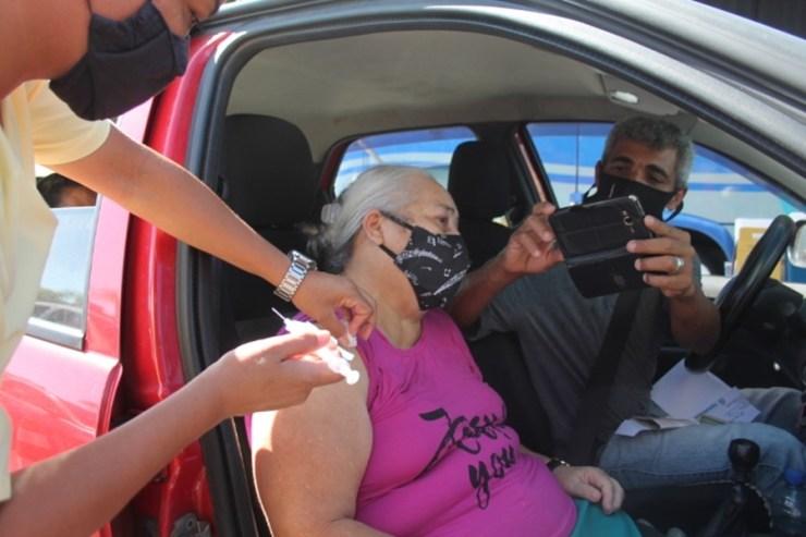 Dona Tereza , 67 anos, moradora na Vila Garcia, disse estar emocionada com a imunização e a esperança