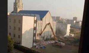China derruba igreja evangélica de 3.000 lugares durante o culto