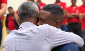 Pai celebra batismo de filho após orar durante 20 anos por seu retorno à igreja