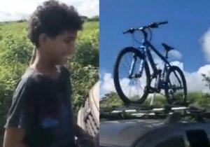 Menino ajuda ciclistas perdidos, recusa dinheiro e chora com surpresa: vídeo