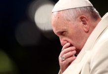 Papa Francisco cabisbaixo