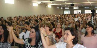 Mulheres na igreja louvando
