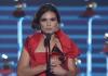 Aline Barros recebendo o Grammy Latino 2017