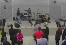 Homem ataca pastor durante culto