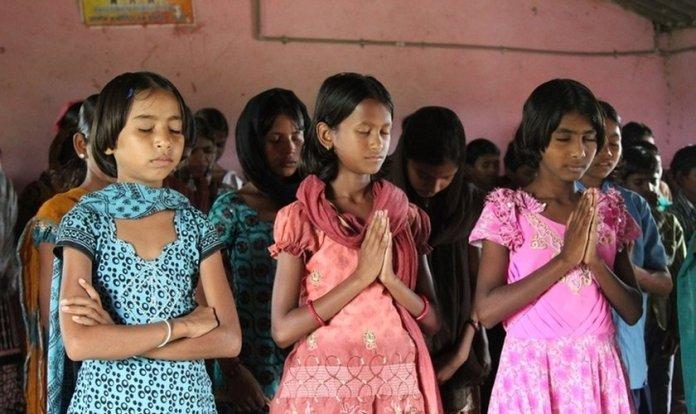 Adolescentes orando em Laos
