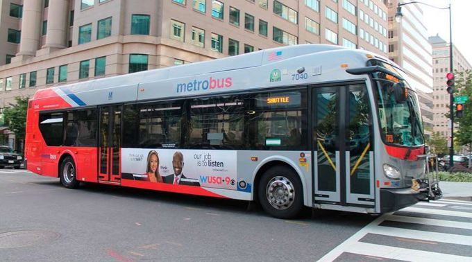 Ônibus em Washington, capital dos EUA, com cartaz de Natal