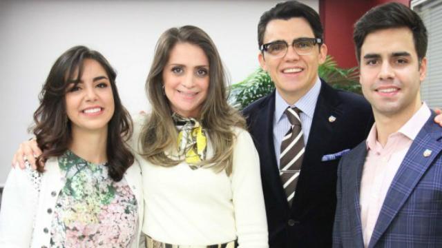 Vera e Luis com os pais adotivos, Viviane Freitas (filha de Edir Macedo) e o bispo Júlio Freitas