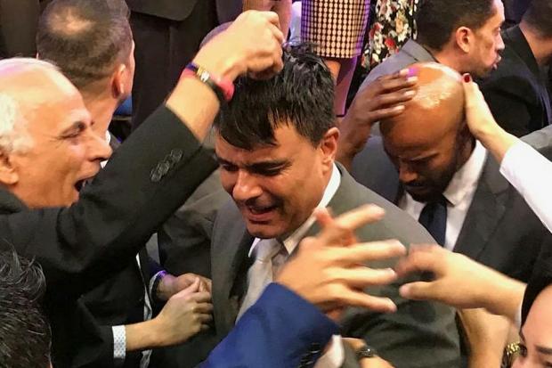Ex-ator Guilherme de Pádua sendo ordenado pastor